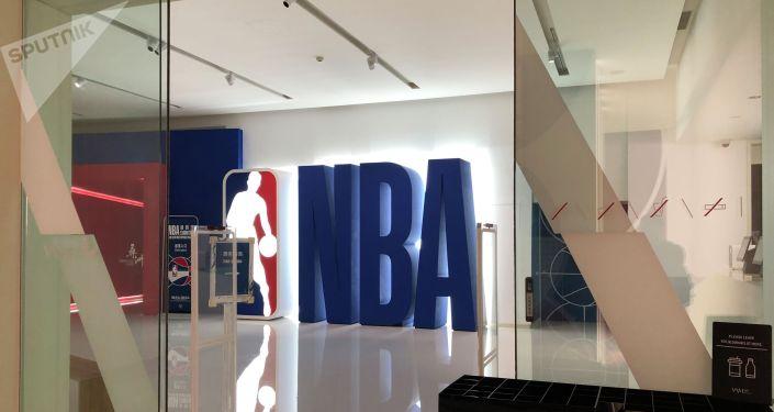 然而記者發現,當天展覽票務大廳僅有幾位工作人員,並沒有參觀球迷。而通往展覽的樓梯,裝飾著各種NBA的標誌和球員照片,曾是球迷合影的「打卡地」,如今也沒有一位球迷。