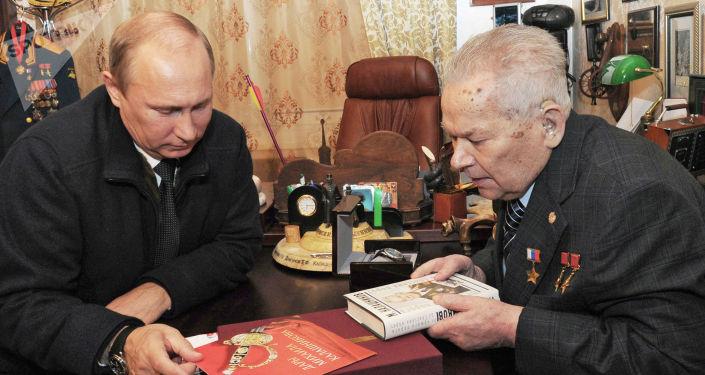 普京總統和卡拉什尼科夫在伊熱夫斯克市見面