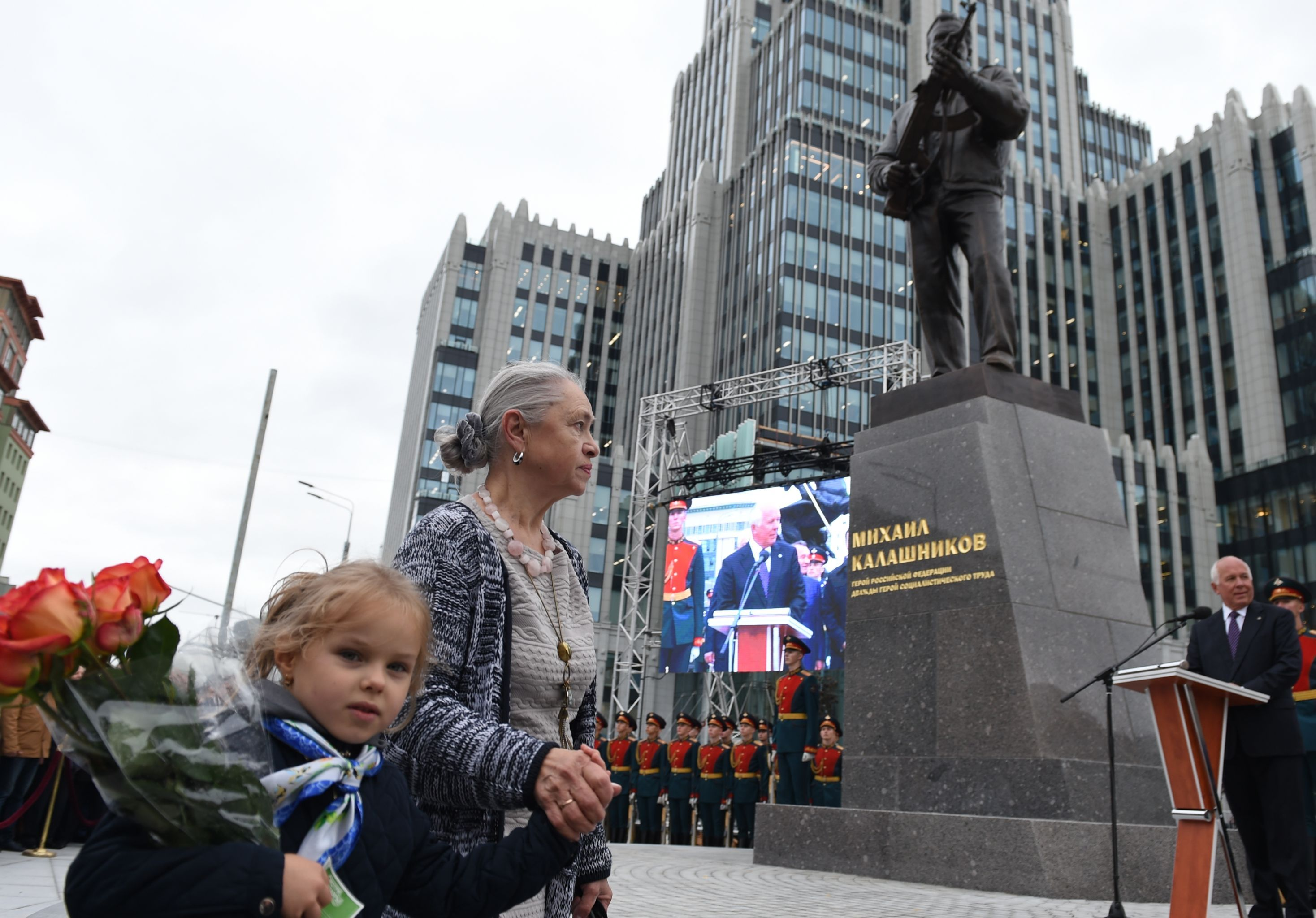 涅麗·卡拉什尼科娃和孫女在莫斯科市參加父親雕像開幕式