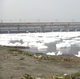 印度亚穆纳河污染严重现大量有毒泡沫