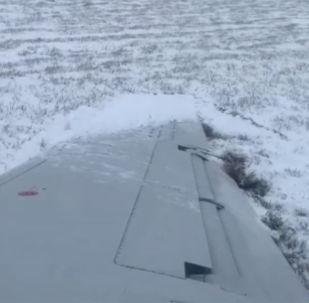 视频拍到飞机滑行时冲出结冰跑道