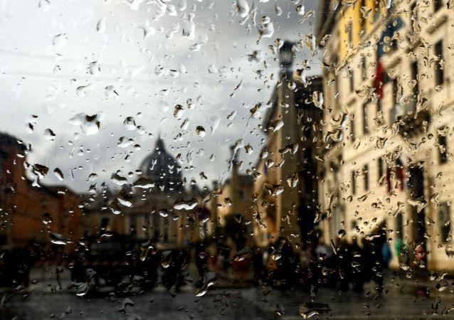 意大利恶劣天气已致多地停课、树木倒塌、公路关闭