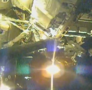 宇航員太空行走修復宇宙射線探測器