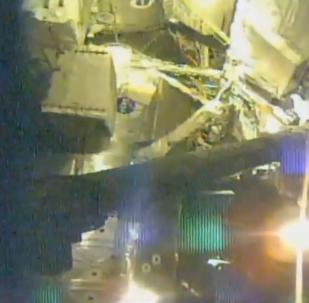 宇航员太空行走修复宇宙射线探测器