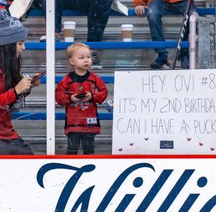 俄冰球名將奧韋奇金將冰球送給兩歲小球迷