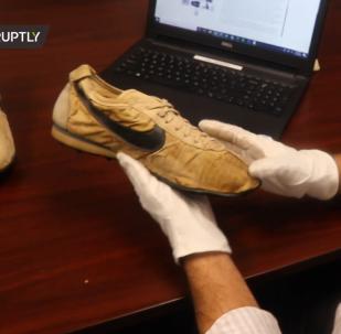 """稀有耐克""""月球鞋""""9万美元起价拍卖"""