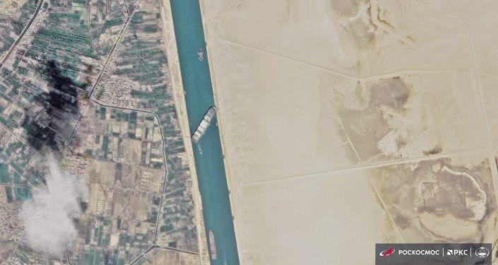 苏伊士运河疏通后将全天放行船只