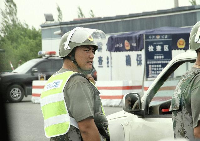 广东一辆轿车撞进餐馆导致12人受伤