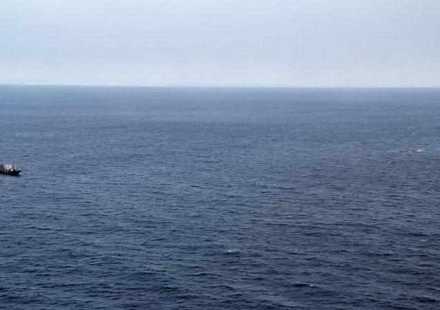 朝鲜渔民在日本海被从半淹没渔船上解救