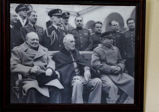 雅爾塔會議由反希特勒的三大同盟國家——蘇聯、美國、英國領導人於1945年