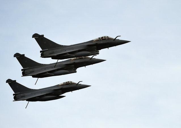 """利比亚空军空袭了在苏尔特的""""伊斯兰国""""阵地"""