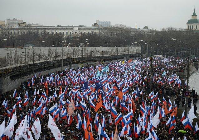 在莫斯科市中心舉行了紀念涅姆佐夫的遊行活動