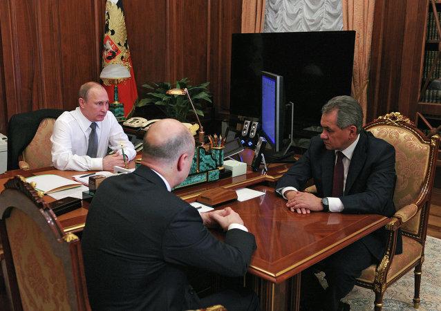 俄羅斯總統弗拉基米爾•普京在與俄聯邦國防部部長謝爾蓋•紹伊古及財政部部長安東•西盧阿諾夫進行會面時