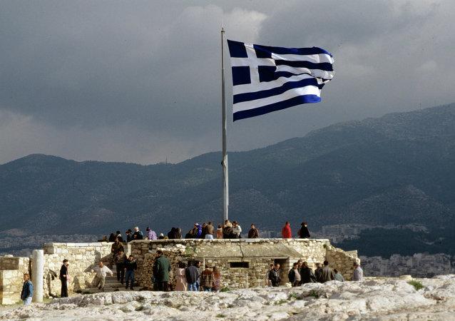 希腊一辆私家车闯入空军基地