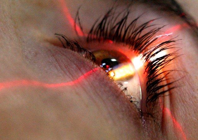 一澳大利亚女子用20年前的睫毛膏化妆导致失明