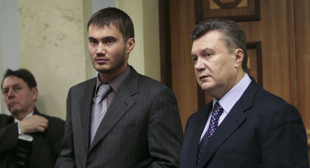 烏克蘭前總統亞努科維奇(右)與他的兒子維克托