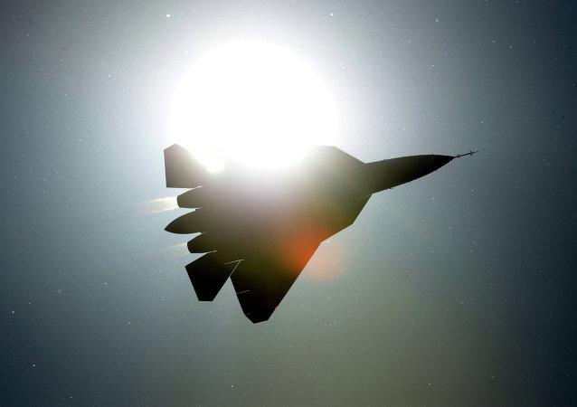 一架戰機在美國加利福尼亞州海軍基地附近墜毀 飛行員逃生