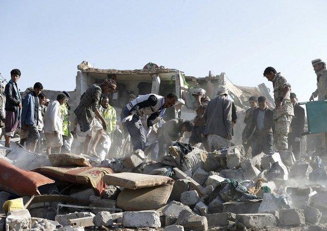 以沙特為首的聯軍飛機在也門空襲一群婦女