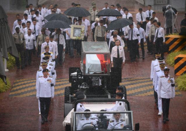 """新加坡默哀一分钟向""""建国之父""""李光耀告别"""