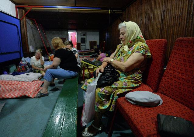 戈尔洛夫卡市老人躲避乌军炮击