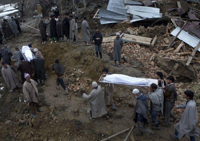 印度公交車落入峽谷造成35人死亡