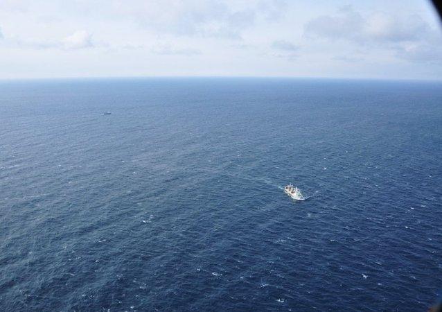 船只救援工作者正在鄂霍茨克海寻找沉没的渔船