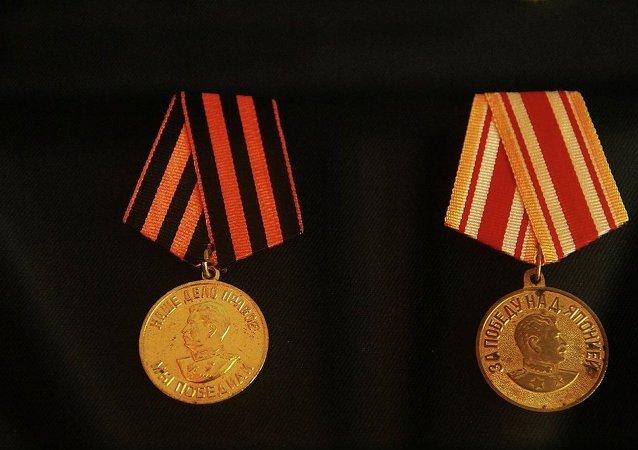 「1941-1945年偉大衛國戰爭戰勝德國」獎章(左)  「戰勝日本」獎章(右)