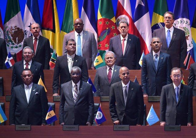 美古两国领导人在巴拿马美洲峰会上进行了半个世纪以来的首次握手