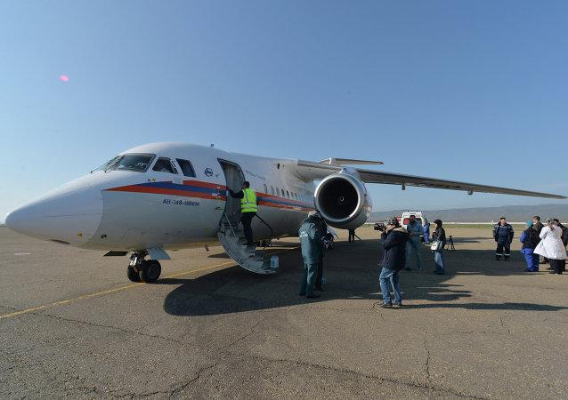 俄紧急情况部飞机将6名顿巴斯儿童送抵莫斯科治疗