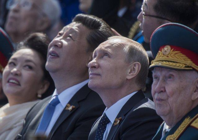 俄中领导人在莫斯科的阅兵式上交谈
