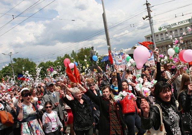 數萬頓涅茨克民眾參加共和國日遊行