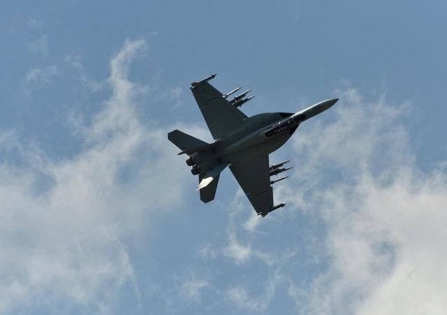 美国歼击机在波斯湾坠毁,机组人员得以逃生