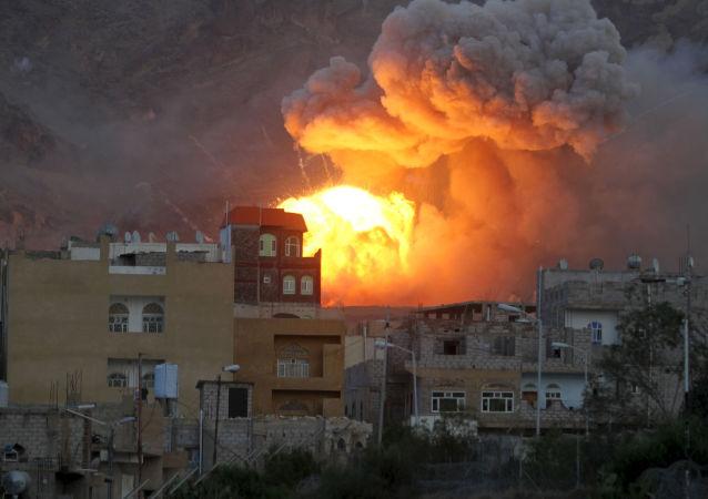 以沙特阿拉伯為首的聯軍飛機空襲了在也門首都的內務部大樓