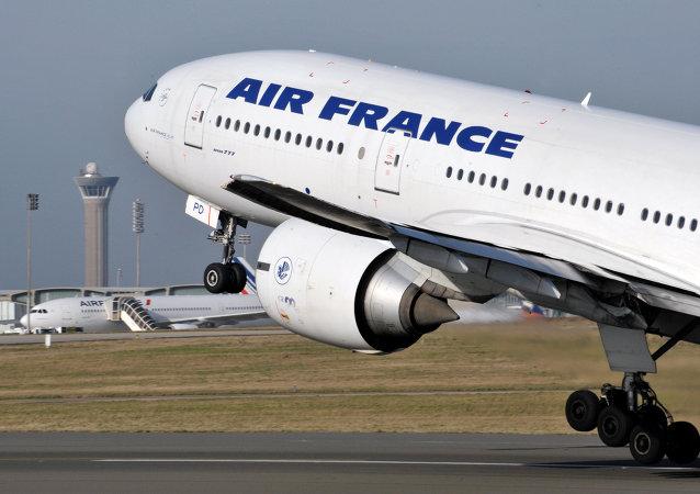 战机不得不伴航从首尔飞往巴黎的法航班机