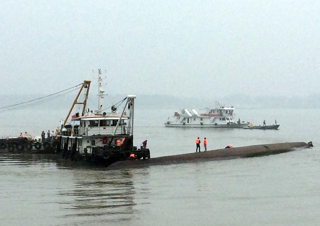 在长江上的中国救援人员(资料图片)