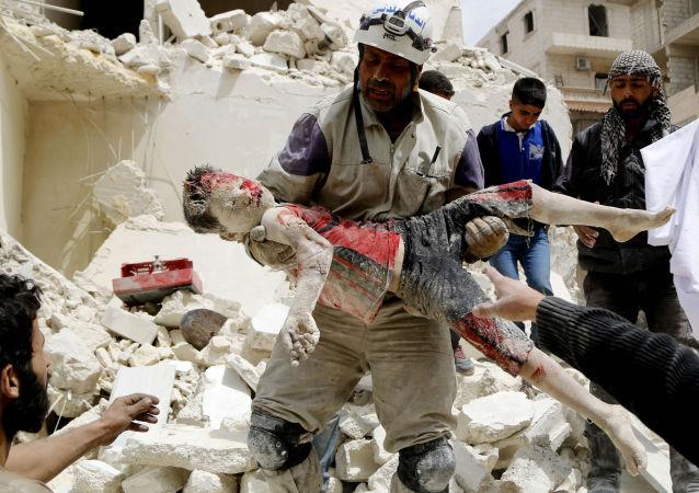 卡坦•奥萨姆(叙利亚)-《民防部队士兵搬运死去孩子的尸体》