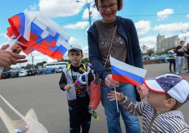 克里米亚民众在辛菲罗波尔街道举俄罗斯国旗游行