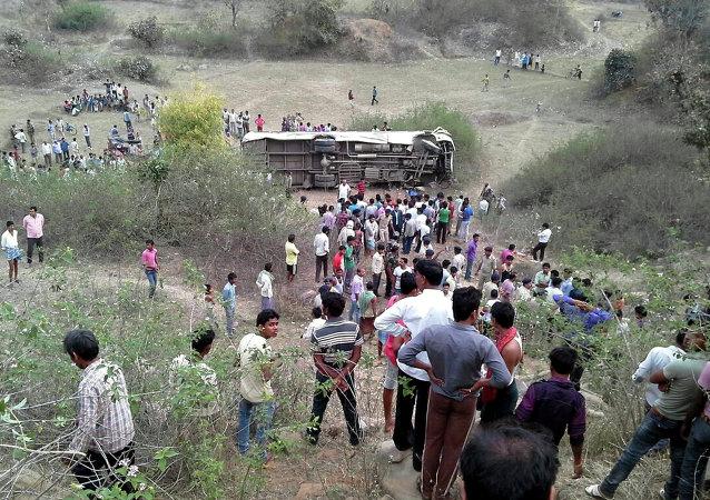 印度大巴與卡車相撞 至少致20人死亡