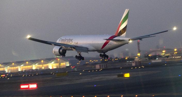 乌干达机场一名阿联酋航空航班机组人员从飞机上坠落
