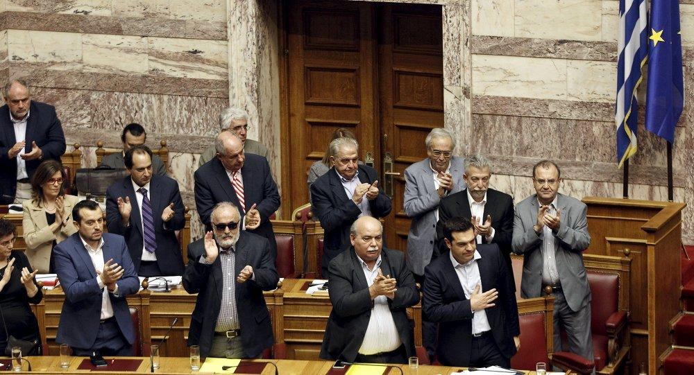 希臘議會批准7月5日債權人提案的全民公決