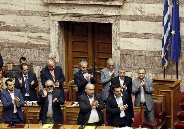 希腊议会批准7月5日债权人提案的全民公决