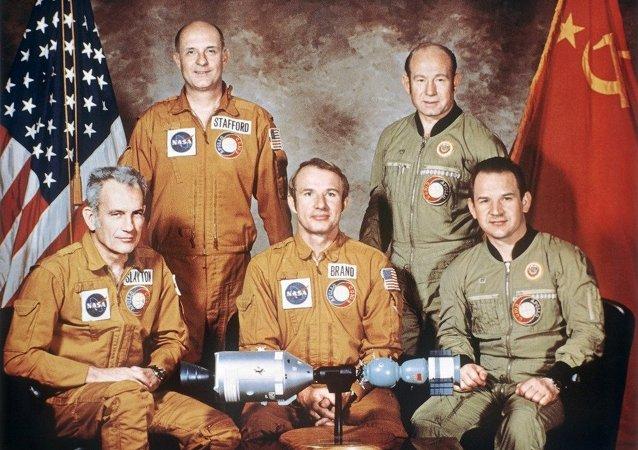 國際空間站機組就阿波羅-聯盟測試計劃「40週年發表祝賀