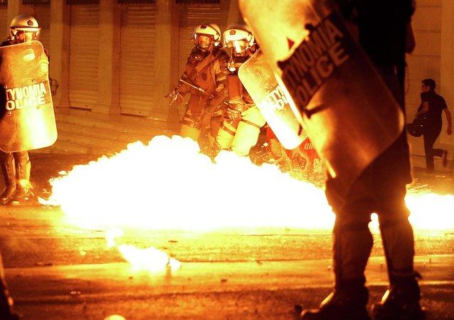 希腊议会附近发生骚乱,警方使用催泪弹