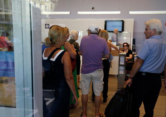 """希腊银行在三周""""假期""""后恢复营业"""