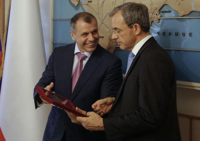 法国议员在克里米亚(右边)