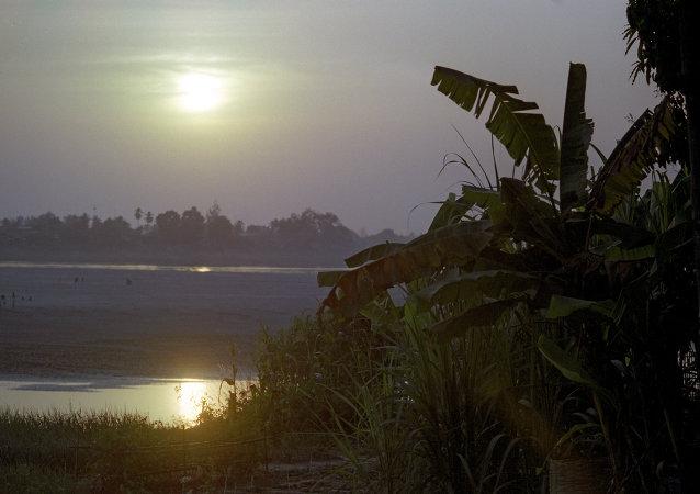老挝救援人员已找到载有23人的直升机的失事地点