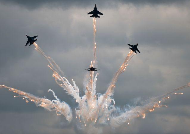 """俄飞行员在""""航空飞镖"""" (""""Aviadarts"""") 国际航空队比赛上领先"""