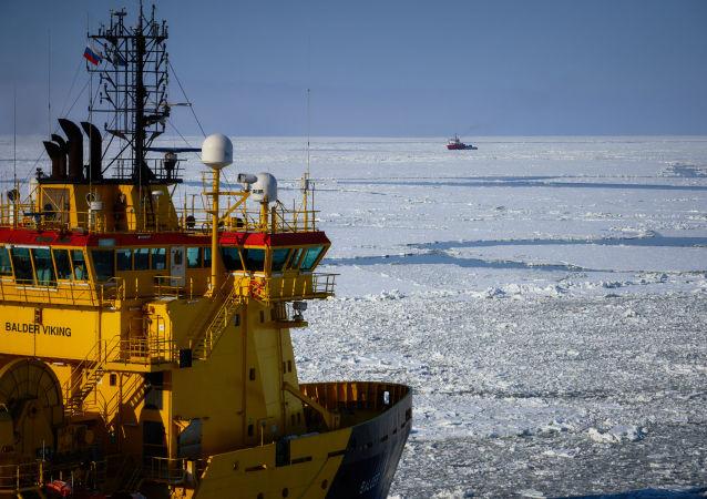 Prirazlomnaya  deniz tabanlı petrol arama platformu. Balder Viking isimli ikmal gemisi.