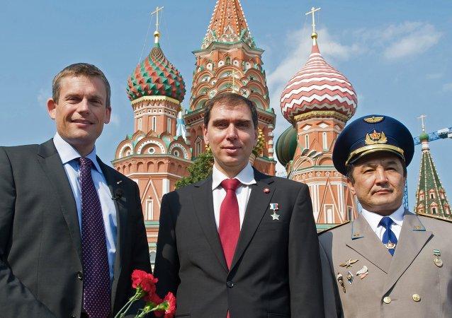俄罗斯航天署的谢尔盖∙沃尔科夫、欧空局宇航员安德烈亚斯∙莫根森、哈萨克斯坦宇航员阿伊登∙阿伊姆别托夫
