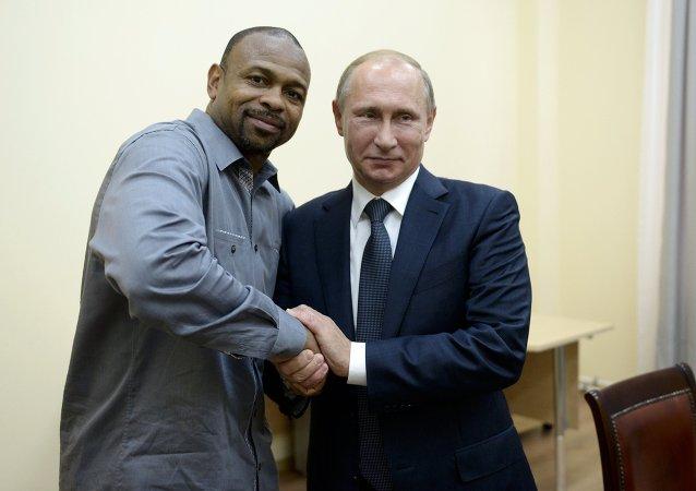 普京承诺帮助著名美国拳击手小罗伊·琼斯获得俄国籍